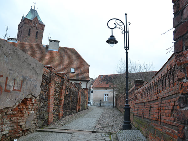 uliczka przy murach miejskich w Byczynie